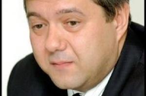 - Fundusze emerytalne są - według moich doświadczeń - inwestorami pasywnymi operacyjnie - mówi Janusz Płocica, prezes zarządu Zelmer SA. - Nie ingerują i nie starają się ingerować w działalność operacyjną - to zostawiają zarządowi.  Natomiast są aktywni korporacyjnie i biorą zawsze udział w walnych zgromadzeniach. Uważam, że jest to bardzo istotne w sytuacji spółki akcyjnej, albowiem to OFE wskazują drobnym akcjonariuszom, jak mają głosować.  Także w podejmowaniu decyzji standardowo korporacyjnych, takich jak przyjęcie sprawozdania finansowego, nie trzeba spodziewać się niespodzianek z ich strony, oczywiście, jeżeli spółka funkcjonuje przejrzyście.  Jednak muszę zaznaczyć, że polityka OFE jest różna, wynika z wewnętrznych procedur tych instytucji. Doświadczyliśmy tego w konkretnym przypadku, kiedy mieliśmy podjąć decyzję o programie opcji menedżerskich. Część funduszy nie miała z tym problemów - ich proces decyzyjny był szybki i przejrzysty. Natomiast u innych był on zagmatwany.  OFE postępują bowiem zgodnie z zasadami przyjętego przez firmę ładu korporacyjnego. Dlatego tak ważne jest, aby zarząd spółki znał te zasady. W takiej sytuacji kontakt jest znacznie łatwiejszy. W składzie Rady Nadzorczej Zelmer SA znajduje się osoba ze wskazania CU OFE. (Udziały OFE w akcjonariacie ZELMER SA: CU OFE - 11,18, OFE PZU - 8,63, ING NN OFE - 5,19 - dop. red.)