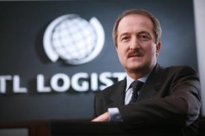 <b>Krzysztof Niemiec</b>, członek zarządu CTL Logistics: <b>Szansą jest zagranica</b>  - Zwiększenia przewozów należy się bezdyskusyjnie spodziewać w przewozach międzynarodowych - dlatego że kierunki wewnętrzne są w miarę stabilne. Większe przewozy międzynarodowe natomiast będą możliwe w wyniku otwarcia rynku.   My dzięki temu, że mamy firmę działającą na Zachodzie - w Niemczech, mamy pewne porównanie jak to wygląda w innych krajach. Przyrosty, osiągane przez CTL GmbH, są wyższe niż w Polsce. Mimo że tam jest ponad 270 przewoźników towarowych posiadających licencję.   Trzeba wykorzystać fakt, że granice się otworzyły. To daje szansę na to, by nasza usługa do tej pory możliwa tylko do granicy (gdzie przejmowana była przez kolej z kraju sąsiedniego) obejmowała cały łańcuch logistyczny. To jest bardzo ważny atut  dla klientów.
