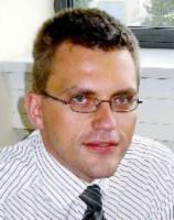 <b>Łukasz Stelmach</b>, Menedżer, Dział Doradztwa Podatkowego, Ernst & Young:  - Kluczowym czynnikiem predestynującym Wrocław do roli lidera w dziedzinie nowych technologii są zasoby wykwalifikowanej kadry inżynierskiej. Wrocław to bowiem trzeci po Warszawie i Krakowie, ośrodek akademicki, a wrocławskie uczelnie aktywnie uczestniczą w pracach związanych z transferem nowych technologii.   Ważnym czynnikiem rozwoju nowych technologii jest to, że światowi liderzy w tym zakresie, np. Siemens, Volvo, są już obecni na naszym rynku, co działa zachęcająco na inwestorów, którzy dopiero rozważają lokalizację inwestycji technologicznych we Wrocławiu.   Jako czynnik, który może spowolnić rozwój branży nowych technologii w regionie, wskazałbym odpływ dużej części wykształconych absolwentów wrocławskich uczelni za granicę. Powstrzymanie tej fali to w dużej mierze zadanie władz państwowych, ale i w tym obszarze  Wrocław nie pozostaje bierny, bowiem zachęca młodych ludzi do przenoszenia się do miasta.   Oprócz odpływu kadry można wymienić również czynniki utrudniające inwestycje niezależnie od branży, w szczególności wciąż niewystarczająco rozwiniętą infrastrukturę komunikacyjną.