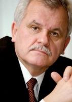 - Dwa lata temu powołaliśmy spółkę, która zajmuje się przewozami kontenerów - mówi Mieczysław Olender, prezes PCC Rail. - Obecnie regularnie kursują dwa składy w tygodniu z Brzegu Dolnego do Szczecina, także dwa składy w tygodniu jadą z kontenerami z Euroterminalu w Sławkowie do Gdyni. Zapotrzebowanie na przewóz kontenerów jest znacznie większe, dlatego myślimy o uruchomieniu trzeciego pociągu ze Sławkowa.