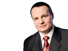 - W ostatnich latach zmieniało się znaczenie poszczególnych czynników wpływających na koszty transportu - mówi Piotr Kohmann, dyrektor generalny Fiege Polska. - Dotąd największy wpływ na wzrost jego kosztów  miała cena paliwa. Udział kosztów paliwa w całościowych kosztach transportu kształtuje się na poziomie ok. 25-30 proc., zatem ich wzrost jest bardzo odczuwalny. Jednak w ostatnim roku i na początku bieżącego największy wpływ na poziom kosztów miał wzrost wynagrodzeń kierowców, który często przekraczał 50 proc. Obciążenia pracownicze stanowią obecnie ok. 15-20 proc.  kosztów transportowych, dlatego podwyżki płac nie mogły pozostać bez wpływu na ogólny koszt usług. Na te główne czynniki nałożyło się zaostrzenie wymogów dotyczących standardów technicznych pojazdów, które spowodowało, że część starszej i zarazem tańszej floty samochodowej przestała być użytkowana.