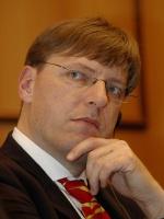 <b>Harry Schur</b>, prezes zarządu RWE Stoen: - Efektywności sprzyja konkurencja, która generuje odpowiednie bodźce i w sposób naturalny wymusza racjonalne zachowania.  Z naszych doświadczeń na rynkach europejskich wynika, że restrukturyzacja - a co za tym idzie optymalizacja kosztów - prowadzona jest przez prywatne firmy z dużą determinacją i stanowi ciągły proces poprawy funkcjonowania przedsiębiorstwa. Spółki zrestrukturyzowane są w stanie przedstawić klientom atrakcyjną ofertę i niezawodną usługę, jednocześnie realizując zaplanowane cele finansowe.  Aspekt efektywności działania firm energetycznych jest w przeddzień liberalizacji niezwykle istotny, aby na otwarciu rynku faktycznie skorzystali klienci. Do tego niezbędna jest konkurencja oraz stabilne i przejrzyste reguły funkcjonowania sektora, które będą premiowały dobre zarządzanie i działania ukierunkowane na klientów.