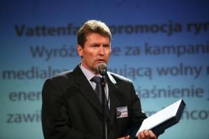 <b>Vattenfall Poland AB </b>- promocja rynku <i>Wyróżnienie za kampanię medialną promującą wolny rynek energii, w tym wyjaśnienie jego zawiłości odbiorcom końcowym.</i>  W imieniu spółki wyróżnienie odebrał <b>Torbjörn Wahlborg </b>– Prezes Zarządu, Dyrektor Generalny, Vattenfall Sales Poland.  Vattenfall od wielu miesięcy prowadzi kampanię reklamową mającą przybliżyć tę markę odbiorcom energii; to zapewne wstęp do kolejnych działań mających przyciągnąć do spółki nowych klientów. Na swej stronie internetowej szczegółowo wyjaśnia zasady funkcjonowania rynku energii i radzi odbiorcom jak z niego korzystać. Obecni klienci Vattenfall mogą skorzystać z takich ułatwień jak m.in. podanie stanu licznika energii przez internet lub telefonicznie.  Odbiorcy energii spoza terenu działalności firmy mogą zapoznać się na stronie internetowej z działaniami, jakie muszą podjąć aby skorzystać z jej usług. Vattenfall ułatwia korzystanie z wolnego rynku energii także tym odbiorcom przemysłowym, którzy chcą korzystać z usług innych sprzedawców energii.   W swoich prorynkowych działaniach spółka wyprzedza większość działających w Polsce przedsiębiorstw elektroenergetycznych.  Także w energetyce na pierwszym miejscu znajduje się klient - to impuls, który do innych graczy wysyła firma Vattenfall Poland AB.