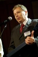 <b>Foster Wheeler Energia Polska </b>- nowoczesne technologie <i>Wyróżnienie za wdrażanie nowoczesnych technologii w elektroenergetyce.</i>  Wyróżnienie, w imieniu firmy, odebrał <b>Jarosław Mlonka</b> - Prezes, Foster Wheeler Energia Polska Sp. z o.o.  Foster Wheeler Energia Polska należy do największych dostawców technologii i urządzeń dla światowej elektroenergetyki. Specjalizacja spółki to wdrażanie nowych rozwiązań technologicznych oraz profesjonalne usługi techniczne. Jedną z najważniejszych realizowanych przez grupę inwestycji jest budowa kotła w Elektrowni Łagisza - to największy realizowany przez firmę kocioł fluidalny, a jednocześnie pierwszy na świcie kocioł przepływowy z cyrkulacyjnym złożem oraz pierwszy w tej technologii kocioł na parametry nadkrytyczne. Będzie on dysponował znacznie lepszymi parametrami technicznymi niż dotychczas pracujące jednostki.  Technologie oferowane przez Foster Wheeler Energia Polska pozwalają na zmniejszenie emisji gazów powstających wskutek spalania węgla.  W Polsce fabryka firmy produkuje kotły i elementy ciśnieniowe. Jej produkty zainstalowane są w zakładach niemal na całym świecie. Poprzez inwestycje w polskie zakłady Foster Wheeler nie tylko umożliwił im wejście do światowej elity firm innowacyjnych i efektywnych, ale także nauczył uwzględnienia w swej działalności tak istotnej kwestii jak ochrona środowiska.  Foster Wheeler daje impuls w zakresie innowacyjności i zaawansowania technologicznego całego sektora elektroenergetycznego.