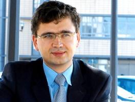Najczęstszym błędem przy korzystaniu z usług outsourcingowych IT jest niewłaściwe zdefiniowane zakresu usług świadczonych przez firmę trzecią i niejednoznaczne zdefiniowanie odpowiedzialności w procesie biznesowym, który podlega outsourcingowi - mówi Hubert Kardasz, dyrektor działu konsultingu firmy doradczej Marketplanet. - Bardzo często, zanim zaangażujemy firmę trzecią do świadczenia usług, należy przeprowadzić reenigeering procesów, który umożliwi funkcjonowanie organizacji w modelu outsourcingu. Ponadto firmy nie precyzujπ jasnych i mierzalnych mierników sukcesu projektu. Innym błędem jest brak mechanizmów pozwalających na bieżący monitoring i ocenę jakości usług świadczonych przez firmę zewnętrzną.