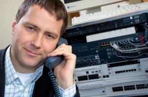 - Coraz częściej operatorzy call centers inwestują w technologie pozwalające na połączenia outboundowe (wychodzące), wykorzystywane głównie w telemarketingu - mówi Maciej Parvi, menedżer produktu contact center, Avaya Polska. W tym wypadku agenci nie tylko odbierają telefony, ale dzwonią do klientów z ofertą. Aby systemy wykonujące połączenia automatycznie pracowały efektywnie, muszą rozpoznawać z bliską 100-proc. skutecznością sygnały sieci publicznej PSTN tzn., czy klient odebrał telefon, czy włączyła się jego automatyczna sekretarka, czy numer jest zajęty, czy nie odbierany. Dopiero, kiedy system rozpozna, że zgłosił się klient, przekazuje połączenie do konsultanta. Taki nowoczesny system odciąża konsultantów wykonując za nich całą pracę dzwonienia tak, aby mogli oni swój czas poświęcać tylko rozmowie z klientem.