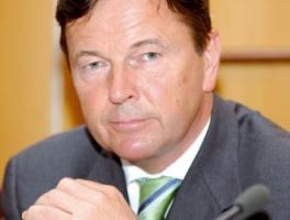 <b>Zbigniew Jakubas</b>, znany inwestor, właściciel Newagu i PRK Poznań - Kolej będzie musiała kupować nowy tabor. Te jednostki, które dzisiaj jeżdżą, mają po 30-40 lat. W tej dziedzinie muszą zajść takie same zamiany, jak w przypadku samochodów. Nikt nie jeździ już dzisiaj trabantem czy wartburgiem. Dlatego firma, która chce się rozwijać, musi produkować tabor, nie może nastawiać się wyłącznie na remont. W Newagu, mimo że nadal zajmujemy się przeprowadzaniem napraw, to przede wszystkim stawiamy na rozwój nowych produktów. Pracujemy nad tym od momentu, kiedy zostałem inwestorem.