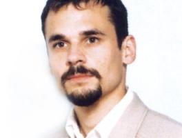 <b>Jakub Majewski</b>, Instytut Rozwoju i Pomocji Kolei Sytuacja w firmach zaplecza kolejowego przez dłuższy czas była bardzo zła, dopiero ostatnio trochę się poprawia. W tym przemyśle ogniskują się problemy strukturalne całej kolei. Gdy PKP zaczęła na początku lat 90. pikować w dół, najpierw ograniczyła inwestycje taborowe. Źródło zamówień, bardzo duże w okresie realnego socjalizmu, malało, aż w końcu zupełnie wyschło. Firmy te stanęły wówczas przed widmem bankructwa. Najbardziej widoczne było to w przypadku firm pracujących na potrzeby przewozów towarowych - nieco lepiej wyglądała sytuacja tych, które prowadziły działalność naprawczą i obsługiwały przewozy pasażerskie, gdzie jakieś zamówienia - np. na modernizację czy naprawy lokomotyw i wagonów, zawsze były.