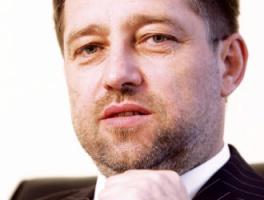 <b>Edward Laufer</b>, wiceprezes Impel SA, odpowiedzialny za działalność deweloperską Grupy Impel - Przed rozpoczęciem projektów deweloperskich Grupa Impel przez kilka lat przygotowywała się do zaangażowania się w ten segment działalności. Nabywała grunty z perspektywą ich wykorzystania w późniejszych inwestycjach. Grupa posiada kilka nieruchomości, w tym kilkunastohektarową działkę w centrum Wrocławia, na której będzie realizowany projekt nowoczesnego osiedla.   Jednym z elementów, pozwalających na odnoszenie sukcesów na rynku deweloperskim, jest ciekawy projekt, który uwzględnia specyfikę danej lokalizacji i całego miasta, a także perspektywy jego rozwoju. Zachodnie firmy przynoszą nowatorskie rozwiązania, które czasami szokują opinię publiczną. Zdarza się też, że wybudowane obiekty nie przystają do naszych realiów, zarówno ze względów estetycznych, jak i funkcjonalnych. Próbując naśladować centra światowe, projektanci często zapominają, że zachowanie odrębności, ładu urbanistycznego, czy klimatu miasta może dawać mieszkańcom poczucie bezpieczeństwa i stanowi dowód uszanowania ich przywiązania do miejsca. Dlatego wyspy wieżowców, jakie pojawiają się w niektórych miastach, nie zawsze są dobrze odbierane. W tej sytuacji polskie firmy, znając miejscowe upodobania, kulturę i tradycje, są w stanie konkurować z tymi, którzy przychodzą z nowoczesnymi, nie do końca akceptowanymi pomysłami.