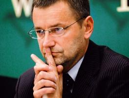 """<b>Janusz Jankowiak</b>, główny ekonomista Polskiej Rady Biznesu - Wzrost PKB w 2007 roku osiągnie prawdopodobnie nieco poniżej 6 proc.  Niestety, po bardzo dobrym pierwszym kwartale w kolejnych wzrost ten będzie coraz niższy. Dynamika wzrostu spada, ponieważ gospodarka napotyka na barierę podażową. Popyt już jest bardzo wysoki, a w drugim półroczu wzrost popytu będzie o 4-5 proc.  przekraczał wzrost PKB. Będzie więc narastała presja inflacyjna i towarzyszące tej presji nierównowagi.  Zarówno deficyt budżetowy, jak i deficyt na rachunku bieżącym przestaną, moim zdaniem, wyglądać tak dobrze, jak w tej chwili. Od tej strony widzę największe niebezpieczeństwo, bo nie dość, że nie robi się nic, żeby przeciwdziałać temu zagrożeniu, to wręcz posunięcia rządu tę stronę podażową w gospodarce """"podmywają"""" - przykładem może być ostatnio przyjęta ustawa o ograniczeniach dla handlu wielkopowierzchniowego."""