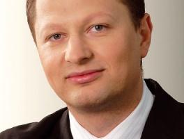 Daniel Pidzik, starszy konsultant w Roland Strategy Consultants:  Moim zdaniem, udział stacji benzynowych w dystrybucji FMCG będzie rósł, ale będzie się to działo stopniowo. Należy zauważyć, że dla stacji paliw w Polsce ciągle głównym źródłem dochodów jest sprzedaż paliw.   Jednocześnie obserwujemy w Polsce zupełnie inne uwarunkowania rynkowe stacji paliw niż np. w Niemczech, gdzie tego typu placówki są jednym z ważniejszych kanałów dystrybucji FMCG. Dzieje się tak dlatego, że zwykłe sklepy działają tam tylko do godz. 18 w dni powszednie, w a pozostałym czasie i w dni świąteczne są zamknięte.   Stacje paliw przejmują zatem funkcję sklepu spożywczego convenience i są w tym czasie pozbawione konkurencji. W Polsce sytuacja jest zupełnie inna. Nawet w niedziele i święta większość sklepów jest czynna, a w godzinach nocnych funkcjonują tzw. sklepy nocne. I to one właśnie stanowią naturalną konkurencję dla sklepów przy stacjach paliw. Oczywiście zachodni model stacji jest celem, do którego będą dążyć polscy operatorzy, chcąc maksymalizować zyski ze swojej działalności.