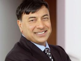 <b>Lakshmi Mittal</b>, dyrektor generalny ArcelorMittal:  - Obecnie przemysł jest w znacznie lepszej kondycji. Musimy jednak skoncentrować się na budowaniu przemysłu stalowego nastawionego na nowoczesność. Przemysłu, którego główną siłą napędową jest jakość w zakresie produktu, procesu i łańcucha dostaw.    Firmy stalowe powinny pracować nad sprostaniem surowym kryteriom jakości. Musimy myśleć bardziej jak firma usługowa, którą kierują popyt klienta i innowacyjność, a nie wyłącznie kwestia dostaw. Przedsiębiorstwa stalowe powinny zatem współpracować ze swymi klientami, wdrażać nowe partnerskie podejście, tak aby zrozumieli oni korzyści, jakie prezentuje nowy zrównoważony model. Nasi klienci mogą odnieść wiele korzyści. Zrównoważony model umożliwia nam dalsze poważne inwestycje w badania i rozwój oraz w nowe produkty. Pozwala zaspokajać najbardziej złożone potrzeby klienta i poprawić jakość naszych produktów. Umożliwia nam również zaoferowanie globalnych rozwiązań o jednakowej jakości na całym świecie, zarówno na rynku rozwiniętym, jak i rozwijającym się.    Przemysł stalowy ma dobre perspektywy. Postępująca urbanizacja wymaga bezpiecznych, przystępnych cenowo, estetycznych, trwałych i szybkich konstrukcji. Stal jest idealnym materiałem. Powstaje dużo szybciej i jest o połowę lżejsza niż tradycyjne materiały. Jest bardziej przyjazna środowisku, gdyż 80 proc. stali używanej obecnie pochodzi z recyklingu. Konstrukcja kompozytowa wykorzystująca stal przynosi znaczne oszczędności energii i redukuje emisję dwutlenku węgla.