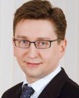 <b>Piotr Olejniczak</b>, wicedyrektor w Dzial e Corporate Finance, członek Zespołu ds. Energi i Zasobów Naturalnych w KPMG Advisory:  - Strategia Energetyki Południe, zmierzająca do konsolidacji ciepłownictwa, ma uzasadnienie biznesowe. Bazując na doświadczeniach Południowego Koncernu Energetycznego, spółka traktuje dystrybucję ciepła jako część tego samego łańcucha wartości co wytwarzanie energii elektrycznej i cieplnej, zwłaszcza w skojarzeniu. To logiczne - chcąc rozwijać kogenerację (stymulowaną m.in. przez dyrektywę 2004/8/EC i Prawo energetyczne), EP dąży do zapewnienia dostępu do klientów i koordynacji obu rodzajów działalności.   Innymi słowy: do implementacji modelu funkcjonującego w wielu krajach UE i wdrażanego obecnie w elektroenergetyce w Polsce, choć kontestowanego przez Komisję Europejską.   Jak dowodzą analizy materiałów URE, model ten pozwala na osiąganie przez zintegrowane pionowo spółki ciepłownicze wyższej rentowności niż prowadzące głównie działalność dystrybucyjną. Wynika to z osiągania synergii w bieżącej działalności operacyjnej i optymalizacji (lepszej koordynacji) planów rozwojowych.   Warto pamiętać, że ceny ciepła w województwie śląskim należą do najniższych w Polsce, podczas gdy taryfy dystrybucyjne są powyżej średniej krajowej. Zatem realizacja strategii EP może (choć nie musi) przynieść oszczędności dla odbiorców. Nie będzie zaskoczeniem, jeśli po spektakularnym przejęciu PEC Katowice od syndyka, następnym ruchem holdingu będzie wejście do PEC Dąbrowa Górnicza. Spółki należące do EP są jednym z głównych dostawców ciepła dla tego dystrybutora. W dalszej kolejności EP będzie prawdopodobnie dążyć do przejmowania źródeł ciepła przyłączonych do tych systemów.   Ciekawe natomiast, czy pokusi się o realizację projektów typu energy contracting dla odbiorców przemysłowych bądź też o wytwarzanie ciepła w skojarzeniu z energią elektryczną na bazie spalania odpadów komunalnych. Podobne podejście wydają się reprezentować spółki obecne w Polsce i dz