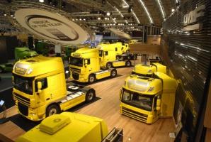 """Nad XF 105 dumnie zawisło wielkie logo """"Truck of the Year"""""""