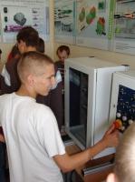 Uczniowie mają zajęcia teoretyczne w szkole i praktyki w Centrum Edukacji Ustawicznej i Praktycznej w Poznaniu, gdzie budują od podstaw urządzenia mechatroniczne - Mechatronikbox.