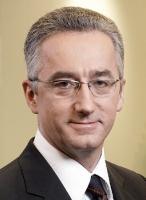 <b>Andrzej Dulka, prezes Alcatel-Lucent Polska</b>: Euro 2012 to gigantyczny projekt, wymagający inwestycji w bazę usługową i infrastrukturę, dla których efektywna telekomunikacja stanowi nieodzowny element porównywalny z rolą krwioobiegu w organizmie. Doświadczenia Alcatela-Lucenta zdobyte podczas przygotowań do realizacji i obsługi podobnych imprez, np. Olimpiady w Grecji czy Euro 2004 w Portugalii, pokazują, że tego typu imprezy mają wpływ na całą gospodarkę. Największych bezpośrednich inwestycji można spodziewać się w infrastrukturę transportową, noclegową, systemy czuwające nad bezpieczeństwem, czy też szeroko rozumiane media i systemy informacji. To z kolei pociągnie za sobą otwarcie dodatkowych możliwości przed wieloma firmami, w tym i przed operatorami telekomunikacyjnymi.