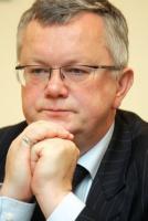 <b>Maciej Grelowski</b>, przewodniczący Rady Głównej Business Centre Club: Przemija okres bardzo dobrej koniunktury gospodarczej. Musimy zadbać o to, by tę dobrą koniunkturę podtrzymać. Zmiany zapowiadane przez powstający rząd napawają optymizmem.   Po pierwsze, potrzebna jest reforma finansów publicznych oraz obniżanie deficytu budżetowego. Osoba ministra finansów jest sygnałem, że będzie ona szła w dobrym kierunku i jest możliwa do wykonania.   Drugą bardzo ważną rzeczą są zapowiedzi powrotu do prywatyzacji. Pozwoli ona z jednej strony zrównoważyć finanse publiczne, a po drugie spowoduje, że zarządzanie majątkiem będzie bardziej efektywne. Cieszą zapowiedzi zmian w ładzie korporacyjnym – odpolitycznienia doboru kadr na podstawie kryteriów merytorycznych.