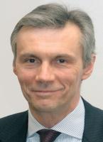 <b>Andrzej Bratkowski</b>, główny ekonomista Pekao SA: W gospodarce nie ma na ogół spektakularnych wydarzeń - chyba że są to katastrofy lub zmiany systemowe. Nie mieliśmy w ostatnim roku na szczęście tych pierwszych i, niestety, tych drugich. Bardzo dobra koniunktura złagodziła wiele problemów społecznych, doprowadziła do redukcji bezrobocia, spowodowała, że łatwiejsza była sytuacja budżetowa.   Z pewnością jest wiele do zrobienia, jeśli chodzi o deficyt budżetowy, ale poprawa jest widoczna. Rzeczą niepokojącą jest to, że wydaje się, iż mamy do czynienia z rozwierającą się luką pomiędzy stroną podażową i popytową gospodarki. Popyt rośnie niesłychanie silnie, a wzrost produkcji jest ograniczony możliwościami podażowymi. Efektem jest rosnący deficyt na rachunku bieżącym. Chociaż późno, to jednak, na szczęście, ruszyły inwestycje.