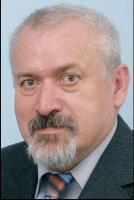 Vladimir Cerny, prezes CEZ Polska: <b>Przełomu nie było</b> Myślę, że nic przełomowego w polskiej energetyce w roku 2007 się nie wydarzyło. Na pierwszy rzut oka ważnym wydarzeniem było np. powstanie Polskiej Grupy Energetycznej, ale pamiętajmy, że siła i potencjał przedsiębiorstwa nie powstaje z chwilą wpisania go do rejestru, lecz musi być pokazana w długim okresie. Oczywiście, od początku obecności CEZ na polskim rynku z uwagą obserwujemy wszystkie procesy w nim zachodzące, w tym także konsolidację pionową. CEZ od dawna funkcjonuje na konkurencyjnych rynkach i do takich działań przywykliśmy. Statystyki pokazują, że powstające polskie grupy energetyczne mają spory potencjał i na pewno warto być ich partnerem lub współwłaścicielem.