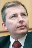 Jarosław Mlonka, prezes Foster Wheeler Energia Polska: <b>Inwestycje czas zacząć</b> W bieżącym roku doszło do tego, o czym mówiono od dawna, czyli do konsolidacji pionowej. Jest to krok, który umożliwi zintegrowanym pionowo grupom podjęcie ciężaru nowych inwestycji i ułatwi znajdowanie źródeł finansowych. Duże organizmy będą w stanie łatwiej przygotować się do procesów inwestycyjnych i podejść do tego w sposób profesjonalny. Finansowanie w energetyce jest oparte na rynku. Jest to branża, która nie może być dotowana, w związku z czym jeżeli mamy do czynienia z regulowaną ceną energii, a z drugiej strony z nie zawsze przemyślanymi rozwiązaniami dotyczącymi wykorzystania już istniejącego potencjału, może to przynieść negatywne skutki.   Zmuszanie elektrowni do budowy kolejnych instalacji odsiarczania bez możliwości dociążenia istniejących instalacji, niektóre uwarunkowania środowiskowe na szczeblu europejskim, przeniesione następnie na szczebel polski, nie zawsze pozwalają na prawidłowy sposób wykorzystania już istniejącego potencjału. Nie unikniemy budowy nowych bloków wytwórczych i im później zaczniemy w Polsce to robić, tym cena inwestycji będzie wyższa.   Poza tym, co zostało zrobione w latach poprzednich jeśli chodzi o budowę nowych instalacji, to poza Fortum w Częstochowie (który jest niedużym obiektem) nic, co może mieć istotny wpływ na zwiększenie mocy, nie zostało podjęte. Rozpoczęły się jednak przygotowania do kilku inwestycji i miejmy nadzieję, że w roku 2008 niektóre z nich zostaną rozpoczęte.