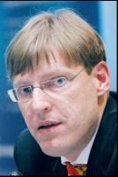 Harry Schur, prezes RWE Stoen: <b>Wyzwania i pytania</b> Rok 2007 przyniósł polskiej energetyce zapowiedź dużych zmian. Najważniejszą z nich było uwolnienie rynku energii. Dla RWE Stoen ten rok był pełen wyzwań. Przeprowadziliśmy unbundling, w wyniku którego siecią elektroenergetyczną Warszawy zarządza dzisiaj spółka RWE Stoen Operator, stworzyliśmy ofertę dla nowych klientów spoza dotychczasowego obszaru działania. W ramach kampanii rebrandingowej uzupełniliśmy nazwę firmy i wprowadziliśmy nowe rozwiązania - całodobową obsługę klientów i pierwszy w branży punkt obsługi w centrum handlowym. Sprostanie wymaganiom klientów uważam za największe wyzwanie, jakiemu muszą stawić czoła firmy energetyczne po liberalizacji. Jednak do tego, żeby realizować te zadania, niezbędne są przewidywalne, przejrzyste i niezawodne warunki rynkowe. Koniec 2007 roku przyniósł nieoczekiwane decyzje i wątpliwości. Na miesiąc przed końcem roku nie ma wciąż jasnej odpowiedzi na pytanie, jak będzie funkcjonował rynek energii w 2008 roku.