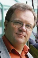 """<b>Andrzej Maciej Skrzeczkowski, kierownik działu inżynierii sieci w NASK</b>: W regionach słabo zurbanizowanych w zasadzie nie można liczyć na samodzielną budowę infrastruktury przez przedsiębiorców, operatorów telekomunikacyjnych. Gospodarze regionu muszą więc dofinansowywać rozwój infrastruktury telekomunikacyjnej z własnych środków samorządu.   Pomocne stały się w tym zakresie środki UE. Samorządy znajdą pomoc w Regionalnych Programach Operacyjnych (RPO), Programie Operacyjnym Rozwój Polski Wschodniej (PO RPW), czy też w Programie Operacyjnym Innowacyjna Gospodarka (PO IG). Przedsiębiorcy mogą także w tych działaniach uczestniczyć albo we współpracy z samorządami, na zasadach zbliżonych do partnerstwa publiczno-prywatnego, lub bezpośrednio aplikując do takich środków.   Warto zwłaszcza zwrócić uwagę na PO IG - oś priorytetową 8, gdzie dostępne będą środki na budowę """"ostatniej mili"""" w rejonach wykluczonych cyfrowo, a także środki pobudzające popyt, finansujące dostęp do internetu dla osób o niskich dochodach."""