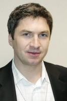 <b>Tomasz Białobłocki, pełnomocnik prezesaTP ds. UE</b>: Polska nadal ma bardzo duże potrzeby infrastrukturalne. Obecnie aż trzy mln gospodarstw domowych, głównie z terenów wiejskich, nie może korzystać ze stacjonarnego telefonu i stałego dostępu do internetu, ponieważ nie ma dostępu do sieci. Telekomunikacja Polska z własnych środków rozbudowuje sieć telekomunikacyjną.   W latach 2000-06 firma przeznaczyła na inwestycje 23 mld zł. Jesteśmy też jedynym operatorem, który realnie inwestuje w rozbudowę sieci na terenach słabo zurbanizowanych, tylko w 2006 r. przyłączyliśmy 115 tys. klientów mieszkających na wsi. Jednak nawet tak duża firma, jak TP, nie jest w stanie sama zniwelować wieloletnich opóźnień Polski w infrastrukturze. Dlatego ważne jest, by wykorzystać możliwości zapewnienia powszechnego i szybkiego internetu w całej Polsce, jakie daje obecność w Unii Europejskiej.