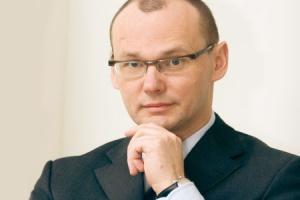 <b>Paweł Urbański, prezes Polskiej Grupy Energetycznej</b>  Ceny hurtowe energii elektrycznej w 2008 roku wzrosną do poziomu 145-150 zł za 1 MWh, w porównaniu do ok. 125 zł w roku 2007. To jeszcze nie jest próg opłacalności, ale niewątpliwie krok w dobrym kierunku - zastrzega prezes PGE.   Jego zdaniem, obecny poziom cen będzie w przyszłym roku absolutnie nie do utrzymania.Szef PGE przekonuje, że konieczność podwyżek wynika przede wszystkim ze wzrostu cen paliw, kosztów emisji CO2, a także konieczności realizacji inwestycji w odbudowę i rozbudowę mocy produkcyjnych. Jego zdaniem, dojście do cen rynkowych, które obecnie w Europie kształtują się w przedziale 55-60 euro za 1 MWh, w porównaniu do ok. 34 euro w Polsce, powinno nam zająć jakieś 3-4 lata (w przypadku cen hurtowych).   - Przy obecnym poziomie cen nie ma mowy o inwestycjach w nowe moce produkcyjne - przekonuje prezes Urbański. W jego opinii, jeżeli ceny nie wzrosną, straci zasadność pytanie o formę prywatyzacji polskiej energetyki. - To nie będzie miało znaczenia, bo inwestorzy generalnie nie będą zainteresowani powierzaniem kapitału spółkom z tej branży.