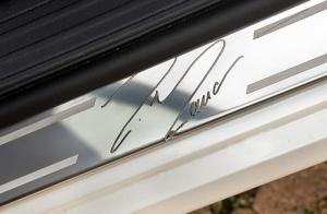 Podpis mistrza na listwie progowej - jeden ze znaków szczególnych wyjątkowego autka.