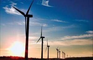 <b>W Europie mocniej wieje</b> W roku 2007 żadna inna technologia produkcji energii w Europie nie zanotowała takiego przyrostu zainstalowanych mocy, jak energetyka wiatrowa. Statystyki opublikowane przez Europejskie Stowarzyszenie Energetyki Wiatrowej wskazują na 18-proc. przyrost mocy w stosunku do roku 2006, co pozwoliło na osiągnięcie poziomu 56 535 MW.  Całkowita moc przyłączonych w roku 2006 turbin wyniosła 8 554 MW, o 935 MW więcej niż w roku 2006. Obecny poziom zainstalowanej w Europie mocy w energetyce wiatrowej pozwoli na uniknięcie emisji 90 mln ton CO2 oraz produkcję energii rzędu 119 TWh w skali roku, co pokryje 3,7 proc. zapotrzebowania całej Unii Europejskiej na energię elektryczną. Dla porównania, w roku 2000 było to zaledwie 0,9 proc.  Niekwestionowanym liderem jest Hiszpania, która zainstalowała w roku ubiegłym 3 522 MW. Obecnie 10 proc. produkcji energii elektrycznej w tym kraju pochodzi z wiatru. Znaczący wzrost zanotowała także Francja, podnosząc zainstalowaną moc o 888 MW i osiągając 2 454 MW oraz Włochy - 2 726 MW przy 603 MW zainstalowanych w roku 2007.   Nowe kraje członkowskie zwiększyły zainstalowaną na swoim terenie moc o 60 proc. Czechy zainstalowały 63 MW, a Bułgaria 34 MW.   Światowy rynek turbin odnotował 30-proc. wzrost, osiągając potencjał rzędu 20 000 MW. Europejscy producenci wciąż są jego liderami, a wartość rynku szacuje się na 25 miliardów euro w roku 2007. Na sektor wiatrowy przypada także 40 proc. wszystkich nowych instalacji generujących energię elektryczną, zainstalowanych w Unii Europejskiej w ubiegłym roku. W ostatnich ośmiu latach energetyka wiatrowa zajmuje drugie miejsce pod względem przyłączonych nowych mocy (przy ich całkowitej wartości wynoszącej 158 tys. MW), wyprzedzając m.in. energetykę jądrową, biomasę i węgiel.