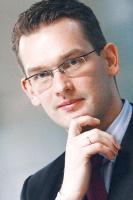 <b>Andrzej Morawski, dyrektor działu wdrożeń Oracle JD Edwards, Hogart</b>: Najczęstsze trudności podczas wdrożeń rozwiązań informatycznych w sektorze przemysłowym to traktowanie takich projektów jako zadań czysto informatycznych, za które odpowiedzialny jest jedynie dział IT. A należy przecież pamiętać, że wdrażanie rozwiązań informatycznych daje przedsiębiorstwu szansę na analizę i weryfikację bieżącego sposobu działalności przedsiębiorstwa, więc przy okazji warto połączyć je ze zmianami organizacyjnymi.   Niejednokrotnie potraktowanie projektu wdrożeniowego jako procesu ściśle związanego tylko z jednym departamentem może doprowadzić do sytuacji, w której korzyści z wdrożenia są mniej lub w ogóle nie są odczuwalne, a wręcz stają się postrzegane jako przyczyny problemów.   Kolejnym ważnym elementem jest odpowiednia rola zarządów czy kierownictwa danego przedsiębiorstwa, polegająca na informowaniu pracowników o celach nadrzędnych oraz priorytetach prowadzonego projektu.