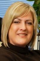 Tracy Cooper, Wiceprezes w Sabre Holdings i Dyrektor Europejskiego Centrum Oprogramowania Sabre Holdings w Krakowie: Sabre Holdings działa w Krakowie od 2000 r. Od tego czasu opracowaliśmy własne sposoby przyciągania bystrych, utalentowanych i wykształconych pracowników. Udało nam się to dzięki temu, że oferowaliśmy konkurencyjne wynagrodzenia, dodatkowe pakiety i korzyści, proponując stanowiska pozwalające ludziom na pracę nad ciekawymi projektami IT z zakresu turystyki przy wykorzystaniu nowoczesnych technologii i metodologii.   Oferujemy naszym pracownikom szerokie możliwości rozwoju oraz szkolenia, a także sposobność do odbywania podróży służbowych na całym świecie. Z pewnością powinniśmy brać pod uwagę konkurencję na rynku pracy i rosnące oczekiwania finansowe pracowników, nie boimy się jednak emigracji z powodów ekonomicznych w tej grupie zawodowej. Dzięki uczestnictwu w Małopolskim Klastrze Technologii Informacyjnych mamy możliwość rekrutowania najlepszych studentów i absolwentów lokalnych uniwersytetów.   Ponadto Sabre Holdings angażuje się w podnoszenie poziomu szkolnictwa wyższego - tworzymy partnerstwa strategiczne ze szkołami wyższymi, inwestując i w instytucje, i w studentów. Sabre finansuje programy koncentrujące się na najnowszych technologiach, zazwyczaj w dziedzinie inżynierii i informatyce. Dodatkowo Sabre ma swój udział w procesie edukacyjnym jako uczestnik rad poświęconych programom kształcenia i dzielenia się wiedzą poprzez ogólnodostępne wykłady poświęcone np. Agile albo SOA na lokalnych uniwersytetach.