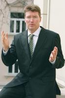 <b>Torbjörn Wahlborg</b>, objął 1 marca 2008 r. stanowisko dyrektora krajowego Vattenfall w Polsce.  Wahlborg ukończył Politechnikę w Goeteborgu.   Przez trzy lata pracował jako inżynier w Nynäs Petroleum, a następnie podjął pracę w Vattenfall na stanowisku menedżera w departamencie elektrycznym. Później przez dwa lata z ramienia firmy SK Power był zaangażowany w projekt budowy duńskiej elektrociepłowni Avedǿre 2.   Pracował także w jednostce odpowiedzialnej za inwestycje międzynarodowe Vattenfall International. Wahlborg był jednym z pierwszych przedstawicieli Vattenfall w Polsce.   Odpowiadał za projekt prywatyzacji Górnośląskiego Zakładu Elektroenergetycznego (GZE), w którym pełnił najpierw funkcję dyrektora ds. sprzedaży, a następnie wiceprezesa tej spółki.   W sierpniu 2006 r. został prezesem nowo utworzonej spółki Vattenfall Sales. Torbjörn Wahlborg ma dwóch synów, a jego największą pasją jest jazda konna. Mówi biegle po polsku.