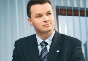 <b>Sebastian Wasila</b>, wiceprezes DGP Dozorbud Grupa Polska Zachodnie wzorce pokazują, że outsourcing się sprawdza i przynosi wymierne korzyści. W krajach najbardziej rozwiniętych fi rmy zajmują się wyłącznie swoją podstawową działalnością. Wszystko poza core business powierzane jest fi rmom zewnętrznym, co pozwala ograniczyć koszty przedsiębiorstwa, ale także daje gwarancje wysokiej jakości usług. Menedżer zarządzający fi rmą danej branży jest specjalistą w swojej dziedzinie, nie musi znać się na wszystkim, na przykład na ochronie.  W tym wypadku to my wiemy, jakich zatrudnić specjalistów, jak optymalnie rozdysponować służby czy kiedy efektywniej będzie pracę człowieka zastąpić maszyną, w tym przypadku ochroną techniczną.