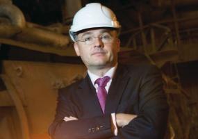 <b>Przemysław Sztuczkowski</b>, prezes zarządu Złomrex SA - Bardzo poważnie rozważamy wybudowanie nowej huty poza granicami kraju. Powodów tego jest kilka, jednym z nich są skokowe podwyżki cen prądu. Przecież w grudniu ub.r. mieliśmy już podwyżkę cen energii elektrycznej - dla firm z naszej grupy średnio o 15-20 procent. A niebawem mają być kolejne podwyżki w podobnej wysokości. To już jest przesada! Poza tym obawiamy się niesprawiedliwego przydziału limitów emisji dwutlenku węgla.