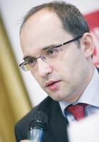 - Ponad połowa polskiego eksportu realizowana jest przez przedsiębiorstwa z udziałem kapitału zagranicznego. Te firmy są bardziej odporne na umacnianie się kursu lokalnej waluty - uważa Łukasz Tarnawa, główny ekonomista PKO BP.