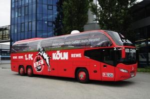Autokar piłkarzy FC.Koeln można rozpoznać już na pierwszy rzut oka.
