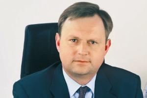 <b>Bernard Rudkowski</b>, prezes zarządu G.EN. Gaz Energia  Biorąc pod uwagę specyfikę rynku gazu ziemnego w Polsce i występujące na nim paradoksy, trudno w sposób jednoznaczny odpowiedzieć na pytanie o przyszłość niezależnych dystrybutorów.  Z jednej strony Polska to kraj, w którym blisko połowa mieszkańców nie ma dostępu do gazu sieciowego, systematycznie rośnie zapotrzebowanie na gaz ziemny i co najważniejsze, nie brakuje potencjalnych klientów chcących korzystać z tego ekologicznego i uniwersalnego źródła energii.  Z drugiej strony jednak słabo rozwinięta infrastruktura przesyłowa, ograniczenia administracyjno-prawne oraz problemy z zakupem większych ilości surowca hamują energiczny rozwój niezależnych dystrybutorów.  Mimo wszystko uważam, że na polskim rynku gazu ziemnego jest wystarczająco dużo miejsca na dalsze inwestycje infrastrukturalne, które mogą być realizowane zarówno przez dużych, jak i małych graczy rynkowych. Jako niezależny operator systematycznie inwestujemy na obszarach, gdzie nie ma sieci gazowej, rozwijając w ten sposób naszą działalność.