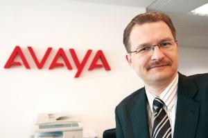 <b>Wojciech Głownia</b>, Avaya Poland Głównym kierunkiem, w jakim zmierza rynek usług telekomunikacyjnych dla biznesu, jest zunifikowana komunikacja, integrująca różne rodzaje kontaktu, jak komunikacja głosowa, poczta elektroniczna, komunikatory, komunikacja mobilna, działająca w oparciu o telefonię IP. Sama telefonia IP nie jest już nowością, a raczej standardem w wielu firmach, gdzie narasta potrzeba wymiany starych central TDM na nowe IP albo chociaż częściową migrację do IP. Telefonia IP w firmach to naturalny pierwszy krok w unowocześnianiu przedsiębiorstwa i zwiększanie konkurencyjności poprzez bardziej efektywną komunikację i mniejsze koszty. Kolejnym jest właśnie zunifikowana komunikacja.