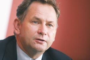 <b>Energetyka - roztropnie na parkiecie</b><br> <br> Dariusz Lubera, prezes zarządu Tauron Polska Energia<br> <br> Przedłużający się kryzys w sektorze finansowym może sprawić, że nasza branża może mieć problemy w znalezieniu odpowiednich partnerów zapewniających środki zewnętrzne na inwestycje. Musimy zdawać sobie sprawę, że w latach 2009 i 2010 w Polsce zostaną oddane do użytku bloki w Łagiszy i Bełchatowie, a potem przez kilka lat krajowy system elektroenergetyczny nie zwiększy swojego potencjału, więcej – część starych bloków trzeba będzie odstawić.<br> <br> Biorąc pod uwagę wzrost popytu, może to sprawić, że grozi nam deficyt energii. Grupy energetyczne mają oczywiście plany inwestycyjne, ale będzie je można realizować dopiero po zamknięciu procesów finansowania. Inny źródłem finansowania inwestycji mogą być środki z giełdy. Utrzymująca się niepewność na rynku może opóźnić debiuty grup energetycznych. Patrząc na kryzys na rynkach finansowych, musimy wykazać się niezwykłą roztropnością, by wykorzystać w maksymalnym stopniu możliwości wynikające z debiutu. (DC)
