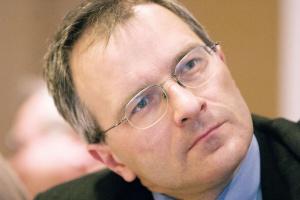 <b>Motoryzacja - dwa kryzysy</b><br> <br> Wojciech Drzewiecki, prezes Instytutu Badań Rynku Motoryzacyjnego Samar<br> <br> Skutki kryzysu światowego już odzwierciedlają się na polskim rynku motoryzacyjnym, ale obecna sytuacja to także efekt naszego wewnętrznego kryzysu, który rozpoczęła w 2000 roku zmiana podatków od importowanych samochodów. Tak więc widzę tu dwa aspekty: wewnętrzny, związany z pełnym otwarciem rynku i wpuszczeniem ogromnych ilości używanych aut i z drugiej strony kryzys finansowy, który wprawdzie nie zmienił jeszcze ofert kredytowych, ale na pewno spowoduje utrudnienia w dostępie do kredytów. A do tego dochodzi czynnik ludzki, naturalna reakcja na niepewność finansową, polegająca na ograniczeniu wydatków, a więc w pierwszej kolejności rezygnacji z zakupu nowego samochodu. Tym bardziej, gdy jest tak wysoka podaż pojazdów używanych. (TG)