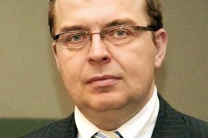 <b>Dekoniunktura? Nie widzę</b><br> <br> Krzysztof Banaszek, prezes Polskiej Agencji Żeglugi Powietrznej<br> <br> W PAŻP nie widzimy żadnych oznak dekoniunktury! Wprost przeciwnie – Agencja notuje stały wzrost liczby operacji w FIR Warszawa, wzrost znacznie przekraczający nawet najbardziej optymistyczne prognozy. Nie widzę też powodów, by w perspektywie Euro 2012 ograniczać plany inwestycyjne. Notujemy co prawda spadek liczby operacji wykonywanych wewnątrz kraju (o ok. 5 proc. w latach 2007-08), ale równocześnie w połowie roku 2008 mamy prawie 11-procentowy wzrost liczby operacji do i z lotnisk w Polsce – co nadal wskazuje na stabilny i dość silny rozwój transportu lotniczego obsługującego Polskę.