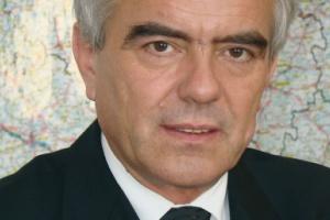 <b>Zapraszamy kapitał</b><br> <br> Tadeusz Jarmuziewicz, sekretarz stanu w Ministerstwie Infrastruktury<br> <br> Prywatyzacja portów lotniczych jest już wyraźnym światowym trendem. Nie znaczy to jednak, że istnieje jeden model prywatyzacji dla wszystkich portów lotniczych. Znalezienie inwestora oraz inwestycje lotniskowe na szczeblu lokalnym uzależnione są w dużej mierze od zainteresowania zarządzających poszczególnymi lotniskami oraz władz samorządowych, w gestii których one się znajdują, przystosowania lotnisk niekomunikacyjnych na potrzeby obsługi cywilnego ruchu lotniczego czy realizacji nowych inwestycji.<br> <br> Przykładem może być Port Lotniczy w Bydgoszczy, którego współwłaścicielem została prywatna firma, dzięki czemu możliwe będzie sfinansowanie ważnych inwestycji. Należy dążyć do zwiększenia zaangażowania kapitału prywatnego w sektorze i stworzyć ramy formalnoprawne do nowej formuły publiczno-prywatnej w zakresie inwestycji lotniskowych.