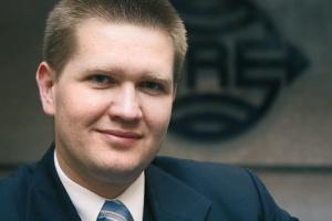 """Jarosław Fordoński, dyrektor biura ds. UE, BRE Bank<br> <br> Spośród działań w ramach programów operacyjnych wdrażanych w latach 2007-13 polecamy przede wszystkim działanie 4.4 PO IG - wsparcie na inwestycje o charakterze innowacyjnym. Na szczególną uwagę zasługują również dz. 4.2 i 1.4/4.1 PO IG. Działanie 4.2 PO IG dotyczy działań w sferze B+R oraz wsparcia na wzornictwo przemysłowe, natomiast dz. 1.4 i 4.1 wsparcia projektów celowych, a następnie wdrożeń wyników tych prac - w porównaniu z poprzednią perspektywą tego typu wsparcie inwestycji jest zupełną nowością, bowiem do tej pory tego typu projekty miały ograniczony dostęp do finansowania ze środków unijnych.<br> Ponadto od przyszłego roku w ramach PO IG przedsiębiorcy będą mogli korzystać z kredytu technologicznego (w ramach dz. 4.3 PO IG). Działanie będzie polegało na wsparciu inwestycji w zakresie wdrażania nowych technologii poprzez udzielenie MSP kredytu technologicznego z możliwością częściowej spłaty ze środków Funduszu Kredytu Technologicznego w formie premii technologicznej. <br>Spośród wielu innych działań, w ramach których beneficjentami wsparcia mogą być również przedsiębiorcy, na uwagę zasługuje także Program Operacyjny Infrastruktura i Środowisko Priorytet IV """"Przedsięwzięcia dostosowujące przedsiębiorstwa do wymogów ochrony środowiska"""". <br>W ramach Priorytetu o wsparcie mogą się ubiegać przedsiębiorcy planujący realizację inwestycji w dziedzinie szeroko rozumianej ochrony środowiska."""