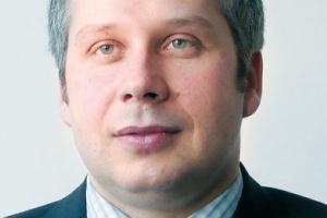 Konrad Mokrzański<br> Oracle Polska<br><br>  Systemy finansowe, w tym ERP, a także CRM, czy systemy wspierające produkcję dają wiele potrzebnych firmie danych. Jednak dane z nich nie dadzą pełnego obrazu sytuacji w przedsiębiorstwie, jeśli nie będą uporządkowane, ustrukturyzowane i poddane odpowiedniej analizie. Na podstawie danych z różnych systemów, różnych raportów trudno wyciągnąć właściwe wnioski, a następnie przygotować wiarygodne strategie. Tylko wdrożona platforma raportowa BI pozwoli ogarnąć posiadane informacje i skorygować błędne dane, które powstają, kiedy korzystamy z odrębnych systemów.