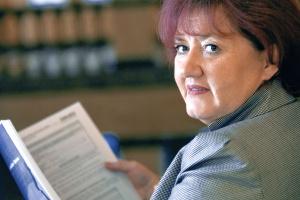 <b>Joanna Strzelec-Łobodzińska </b>urodziła się w 1955 roku w Sosnowcu.<br> Jest absolwentką Wydziału Prawa i Administracji Uniwersytetu Śląskiego w Katowicach. Ukończyła też kurs dla kandydatów na członków rad nadzorczych w spółkach Skarbu Państwa.<br> Przez prawie trzydzieści lat związana z sektorem energetycznym. Od 1990 do 1991 r. była kierownikiem wydziału przygotowania obrotu energią elektryczną w Polskich Sieciach Elektroenergetycznych.<br> W latach 1991-2000 pełniła funkcję wiceprezes zarządu ds. ekonomicznych w Elektrowni Jaworzno III SA. W latach 2000-07 była wiceprezesem zarządu Południowego Koncernu Energetycznego SA. Następnie - prezesem zarządu Tauron Polska Energia SA.<br> Nominację na wiceministra gospodarki otrzymała po długim oczekiwaniu 20 października 2008 r. Przez kilka miesięcy jej nominacja była blokowana przez premiera Donalda Tuska. W tym czasie Strzelec-Łobodzińska pracowała w resorcie gospodarki jako doradca wicepremiera Pawlaka.