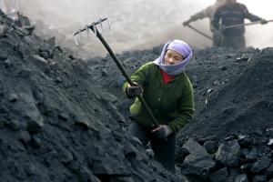 Wśród ponad siedmiu tysięcy chińskich kopalń większość to nieduże zakłady, które zostaną zastąpione przez większe o odpowiedniej efektywności. Wydobycie węgla w Kraju Środka może wówczas przekroczyć 3 mld ton rocznie.