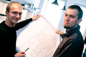 - Pole golfowe ma być takim pretekstem, aby dobrze wykorzystać tereny poprzemysłowe - wyjaśnia Jarosław Krysiak z pracowni Jagiełło Krysiak Architects (z lewej).<br> - Mieszkanie w pobliżu pól golfowych jest atrakcyjne i trendy - dodaje Marcin Jagiełło z tej samej pracowni.