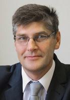 <b>Kazimierz Peryt</b>, Dyrektor Zespołu ds. Euro 2012 PKP Polskie Linie kolejowe  Do głównych barier w procesie przygotowania i realizacji zadań inwestycyjnych zaliczyłbym te związane z procedurami uzyskiwania uzgodnień i decyzji administracyjnych. Dotyczy to zwłaszcza długotrwałych okresów przeprowadzania konsultacji społecznych i uzyskiwania decyzji lokalizacyjnych. To także brak miejscowych planów zagospodarowania przestrzennego, długotrwałe procedury związane z uzyskaniem zgody na zamianę przeznaczenia gruntów rolnych i leśnych oraz wydłużanie procesu wyboru wykonawców wynikające z unieważniania i powtarzania procedur przetargowych, protestów, prowadzenia postępowań odwoławczych, sądowych, długotrwałości kontroli ex ante.