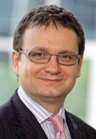 <b>Jacek Pogonowski</b>, prezes Polskiego Stowarzyszenia Inwestorów Kapitałowych, partner funduszu PE SGAME Eastern Europe Fund  Kryzys zmusza fundusze Private Equity do redefinicji business planów - a więc ponownego spojrzenia na firmy, które się analizowało pod względem ich wzrostu w przyszłości. Wzrost ten jest teraz dużo mniej pewny niż pół roku czy rok temu. Skutkiem tego jest więc tak naprawdę zawieszenie czy spowolnienie procesów inwestycyjnych. Tu mamy do czynienia z rożnymi sytuacjami – np. w niektórych przypadkach fundusze renegocjują cenę, a część projektów, jak podejrzewam, została zawieszona lub w ogóle nie będzie kontynuowana. W przypadku większych pojedynczych transakcji robionych przez fundusze buy-outowe dochodzi czasami jeszcze jeden element – braku możliwości sfinansowania transakcji długiem. Efektem tego wszystkiego będzie na pewno dużo mniejsza skala inwestycji w tym roku.